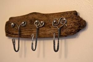 Krokar av luffarslöjd på gästtoaletten. Foto: Isolde Berner
