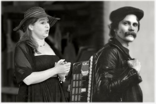 Sopranen Josefin Cederwall och dragspelaren Mikael Grebelius bjuder på en Musikalisk Gôttepåse a la 40-tal