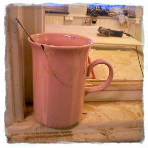 En sprucken rosa kaffemugg kan säga ganska mycket. Foto: I.B