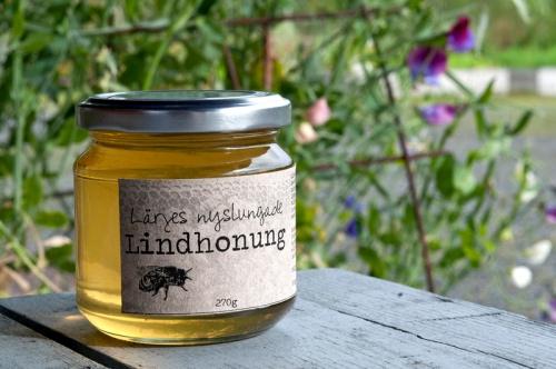 Gyllene lindhonung från Lärjeån hittar du på vår Julmarknad. Foto: I Berner
