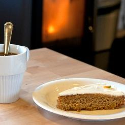 En morotskaka, en kopp kaffe och en sprakande kamin – kan det vara bättre? Foto: I.B