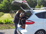 P4-reporten Ylva Nilsson plockar fram utrustningen. Foto: Elisabet Abrahamsson