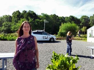 Susana Krstic, verksamhetschef på Lärjeåns Kafé & Trädgårdar, väntar på att bli intervjuad. Foto: Elisabet Abrahamsson