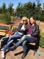 Ylva Nisson, P4, intervjuar Susana Krstic i örtagården. Foto: Lärjeån.