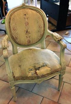 En sliten gammal stoppad karmstol får…