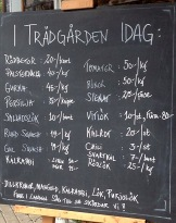 En närmare titt på dagens utbud av nyskördat på Lärjeån. Foto: Susana Krstic