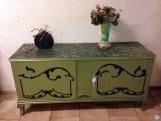 Skänk i grönt/metallic med måtten 148-50-71 cm. Foto: Parisa Moghadam