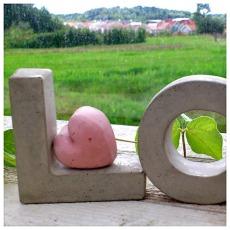 Vi kommer även att ha mer beständiga hjärtan till salu. Vad sägs exempelvis om ett litet hjärta i betong – som ett löfte om den kommande sommaren?
