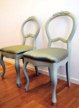Stiliga renoverade stolar.