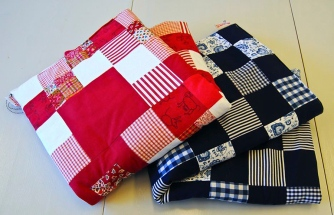 Lapptäcke till barnsäng. Finns i många olika färgsättningar och mönster.