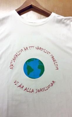 Månadens Tryck från Kajskjul 46 på vit t-shirt. Foto: Sara Hanfelt.