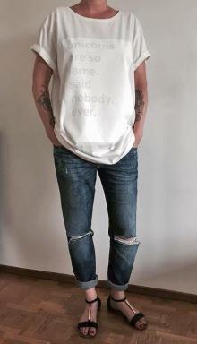 Tryckt på härligt lång och skön t-shirt , eko-reko förstås. Foton: Parisa Moghada,