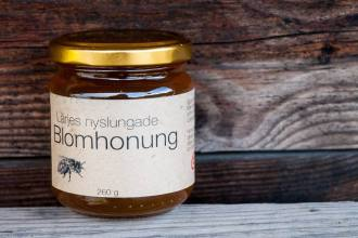 Härlig nyslungad honung finns nu till salu på Lärjeåns Kafé & Trädgårdar. Foto: Johannes Pernklint