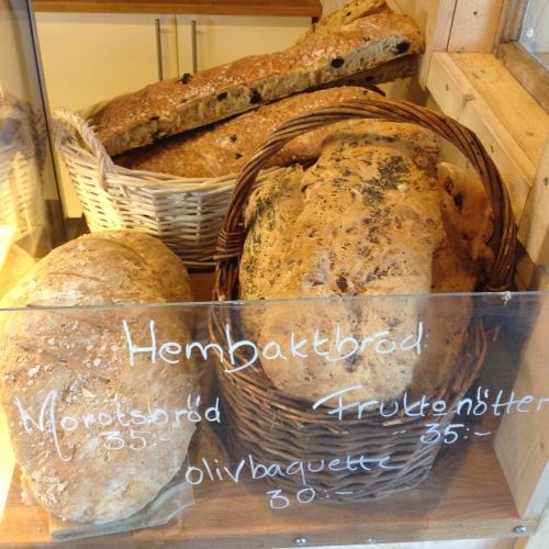 Visste du att vi säljer hembakt bröd? Ring eller skriv på facebook om du vill vara säker på att det finns - eller beställ helt enkelt ett dagen innan!